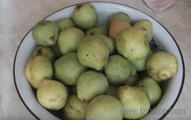 Груши хорошенько промываем и удаляем плодоножки.