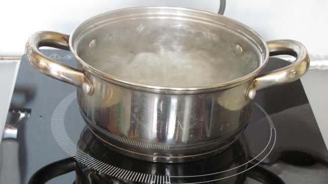 Перед тем как приготовить ананасовый компот из кабачков, за кипятите воду.