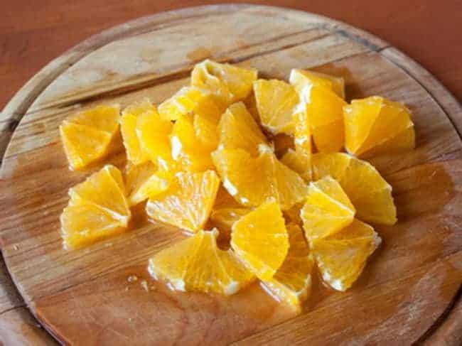 Перед тем как приготовить ананасовый компот из кабачков, нарежьте ананас.
