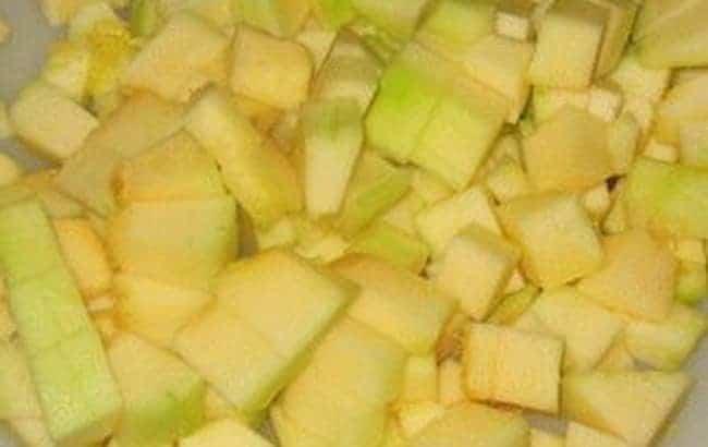 Перед тем как приготовить ананасовый компот из кабачков, нарежьте овощи.