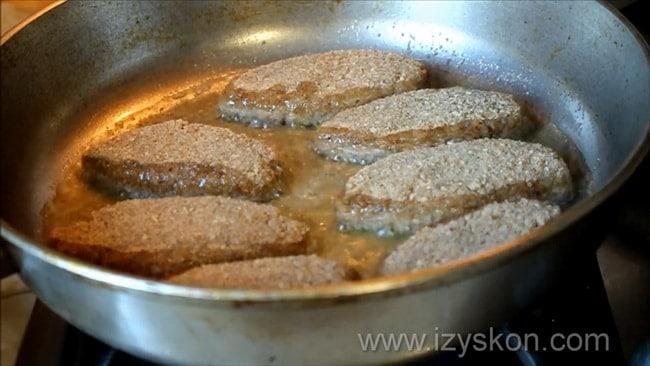 Перед тем как сделать котлеты из карася нагрейте сковородку.