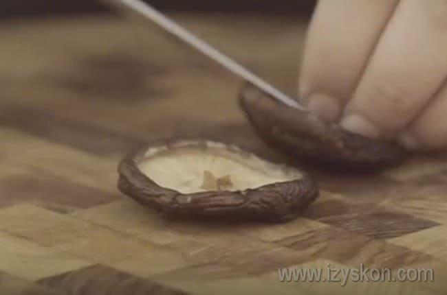 У грибок шиитаке отрезаем ножки.