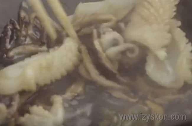 Самое время добавить к морепродуктам грибы.
