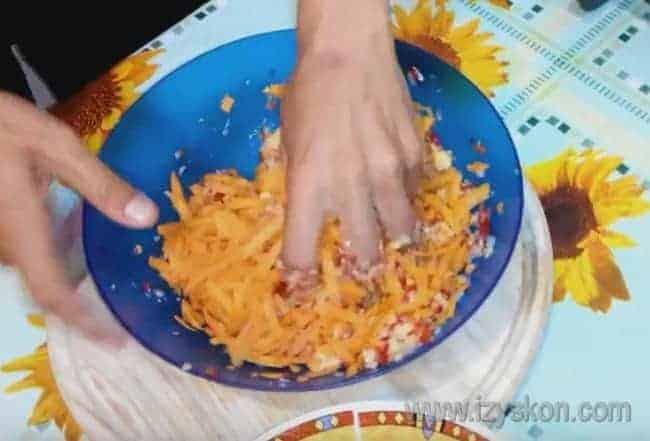 Вымешиваем фарш, добавляя в него морковь.
