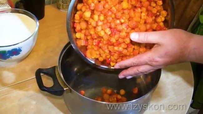 Как готовится морошка в собственном соку без сахара