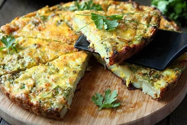 Приготовьте полезный омлет с зеленью.