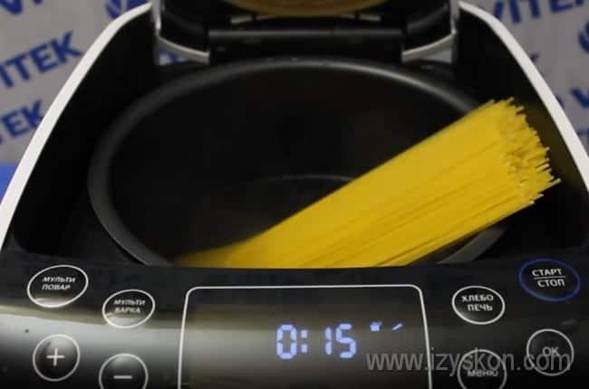Когда вода в мультиварке закипит, выкладываем в нее спагетти и варим до готовности.