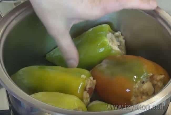 Воспользовавшись этим быстрым рецептом как базой, можно приготовить также вкусный перец, фаршированный овощами и капустой.