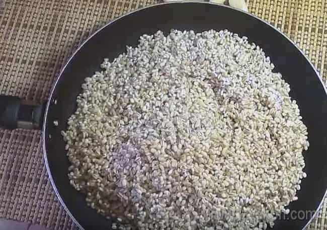 На сухую чистую сковородку высыпаем промытую перловую крупу.