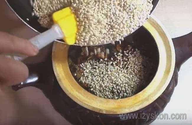 Когда перловка поджарится, пересыпаем ее в горшочек к мясу с овощами.