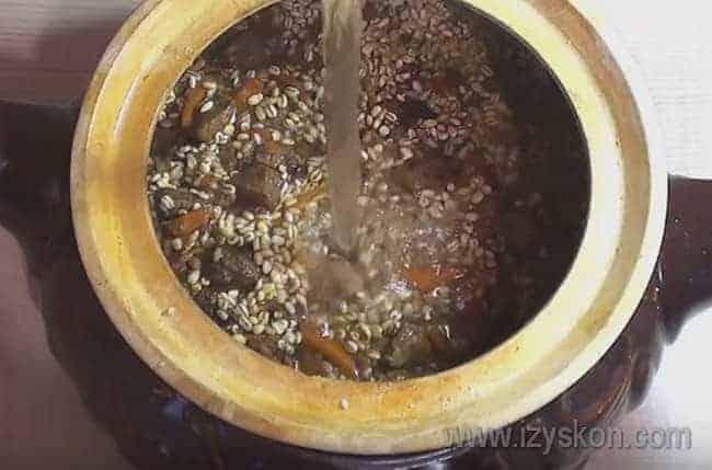 Заливаем блюдо в горшочке водой.