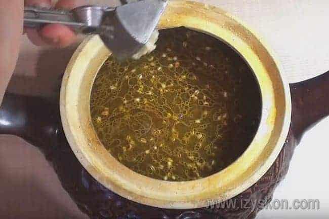 Прямо в горшочек выдавливаем через чесночницу зубчик чеснока для аромата