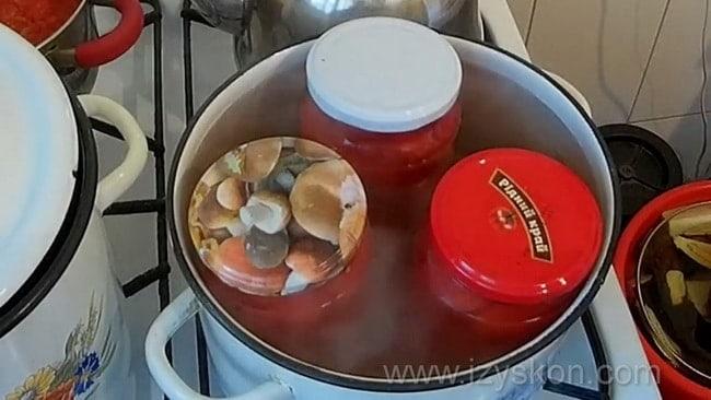 Как готовятся консервированные помидоры в собственном соку.