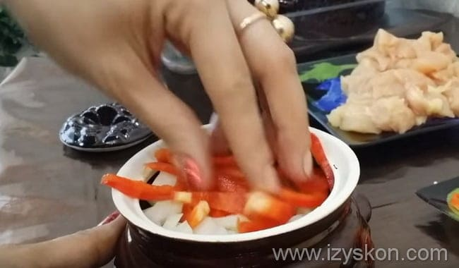 Укладываем лук и сладкий перец.