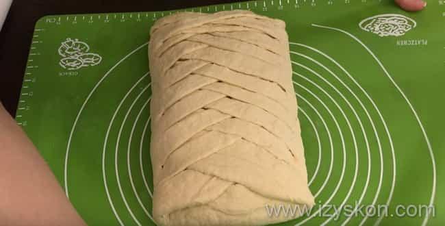 Закрываем пирог с капустой и яйцом косичкой