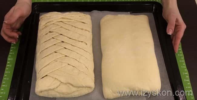 В разогретую духовку кладем пирог с капустой и яйцом