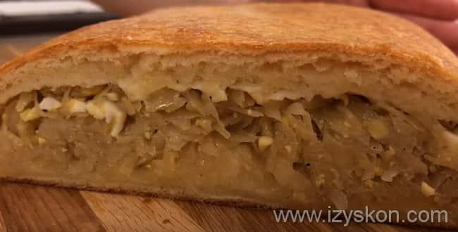 Готовый пирог с капустой и яйцом подаем к столу