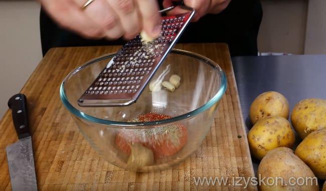 Измельчаем чеснок на терке