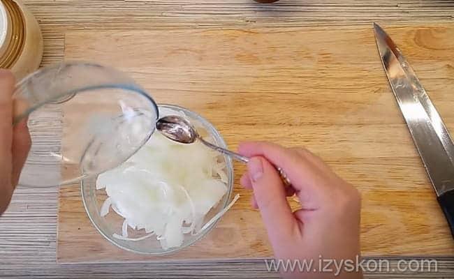 складываем лук в миску и маринуем его