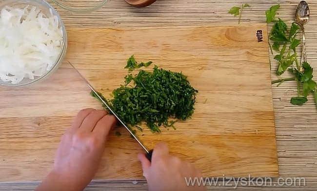мелко режем петрушку