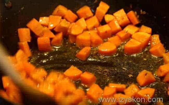 на сковороде обжариваем морковь