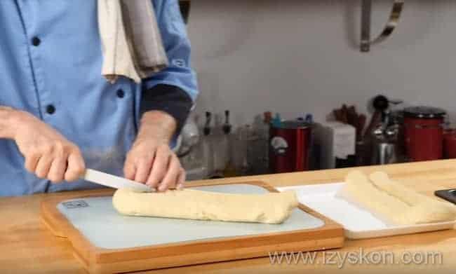 разрезаем тесто на 6 частей