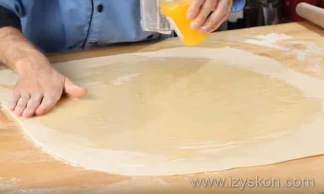 распределяем масло рукой по всей поверхности теста