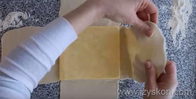 В середину теста выкладываем масло