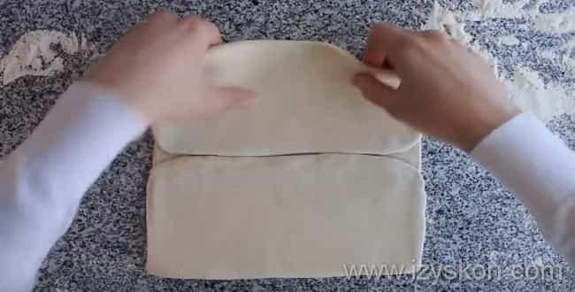Складываем слоеное тесто для пирога с капустой и яйцом