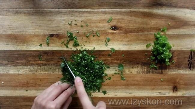 Для приготовления мексиканского соуса сальса нарежьте зелень.
