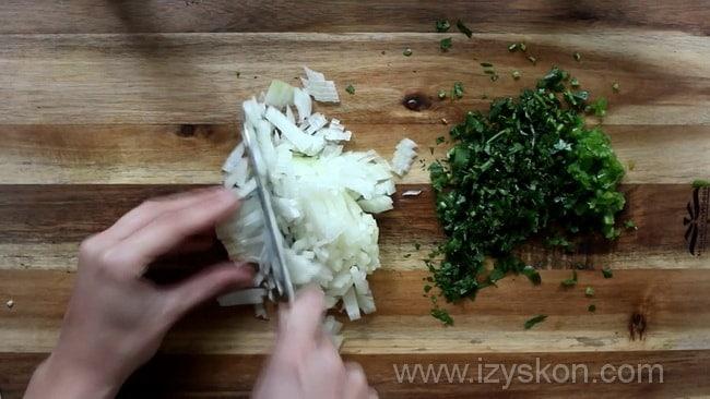 Для приготовления мексиканского соуса сальса нарежьте лук