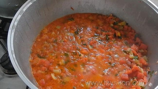 Для приготовления классического соуса сальса по классическому рецепту, доведите до кипения все ингредиенты.