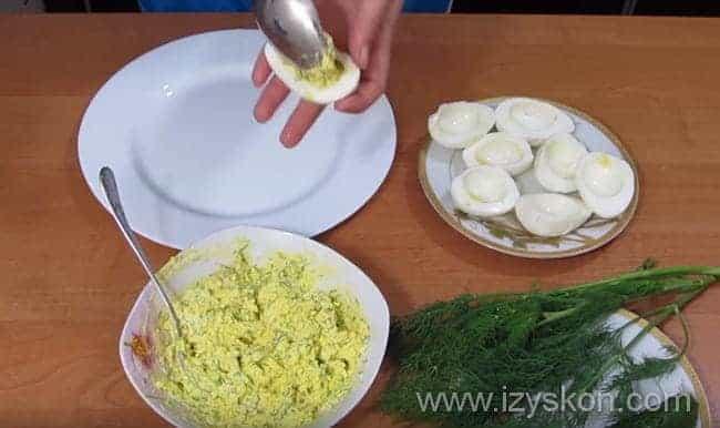 Узнайте чем можно фаршировать яйца в подробных рецептах с фото и видео инструкциями