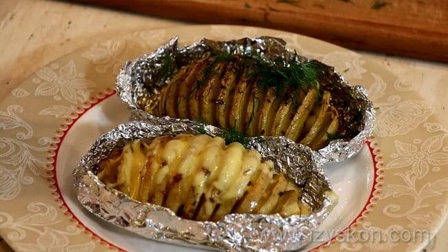 Вкусная картошка с сыром приготовленная в духовке готова.