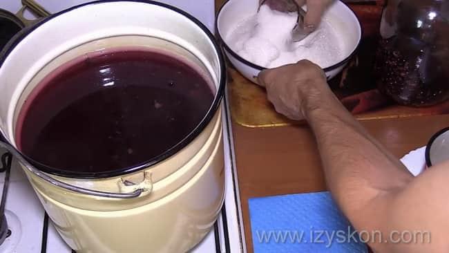 Перед тем как сварить компот из черной смородины добавьте в воду сахар.