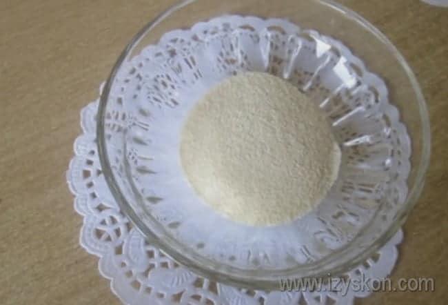 Проварив тыкву в молоке с сахаром, добавляем в кастрюлю манку.