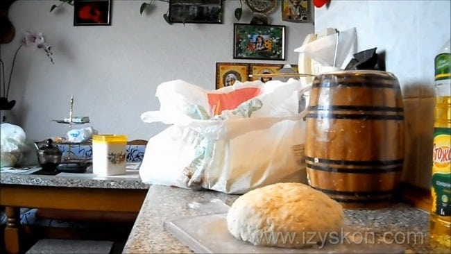 По рецепту для приготовления бездрожжевого теста в духовке, вымесите тесто.