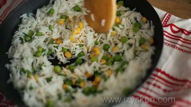 Для приготовления курицы терияки с рисом добавьте в рис горошек.