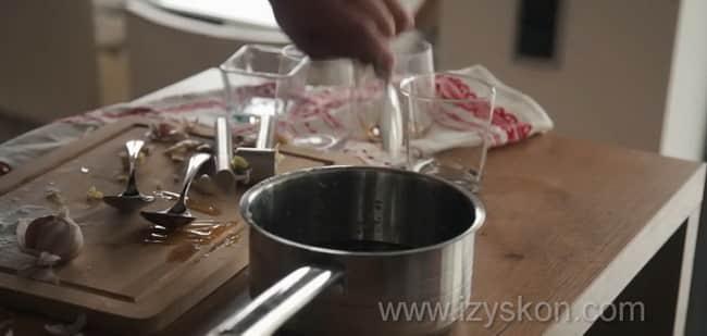 Для приготовления курицы терияки с рисом приготовьте соус.