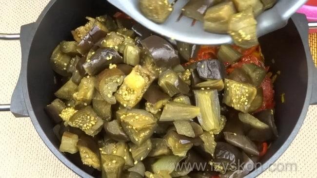 Перед тем как приготовить лечо с баклажанами помидорами и перцем перемешайте все ингредиенты.