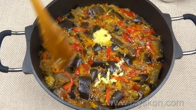 Перед тем как приготовить лечо с баклажанами помидорами и перцем добавьте чеснок.
