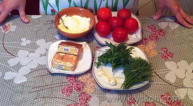 Помидоры фаршированные сыром и чесноком и яйцом готовятся очень легко.