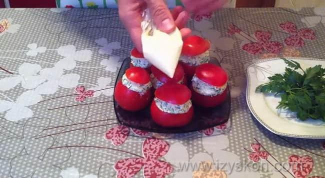 Помидоры фаршированные сыром и чесноком и яйцом украсьте майонезом.