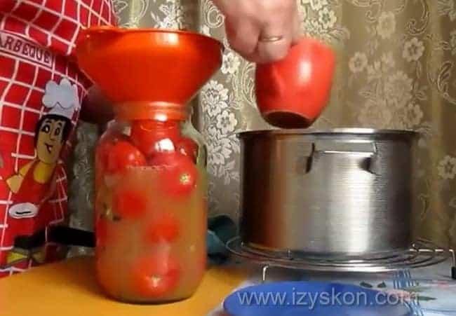 Помидоры в яблочном соке рецепт без стерилизации практически готовы.