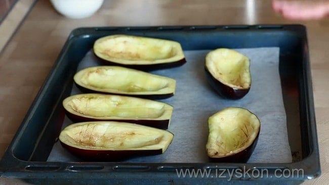 Подготовьте баклажаны, и заполните их начинкой для приготовления фаршированных баклажанов.