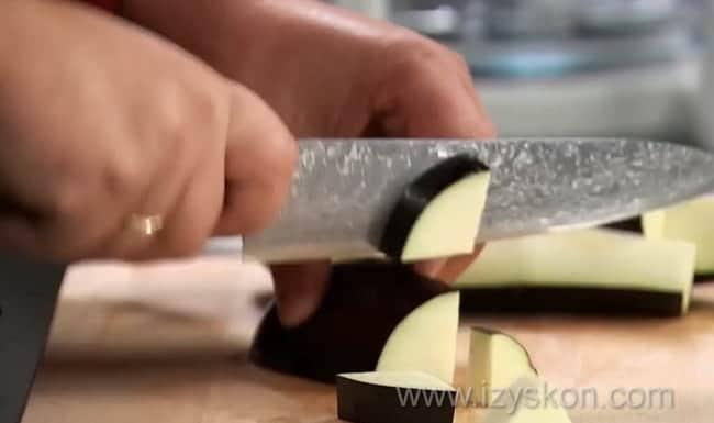 Попробуйте приготовить баклажаны в томатном соусе с чесноком,