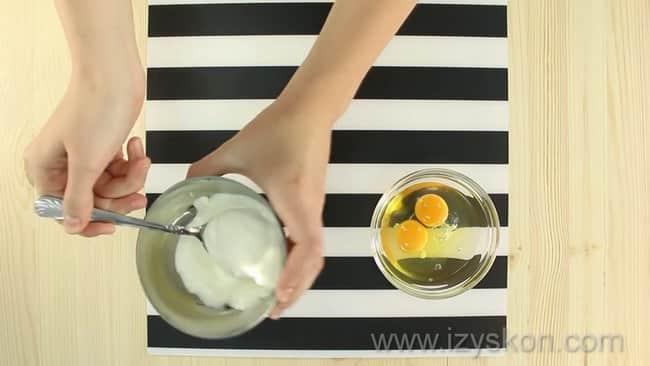 Перед тем как приготовить омлет без молока взбейте яйца.
