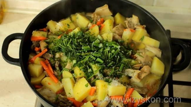 Добавьте зелень в картошку тушеную с мясом.