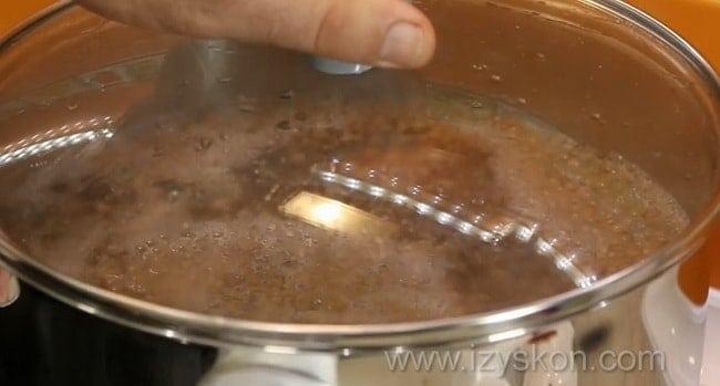 По рецептуру. для приготовления супа из чечевицы нужно отварить чечевицу.