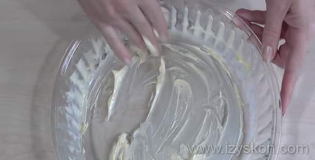 Форму для запеканки из макарон натираем маслом